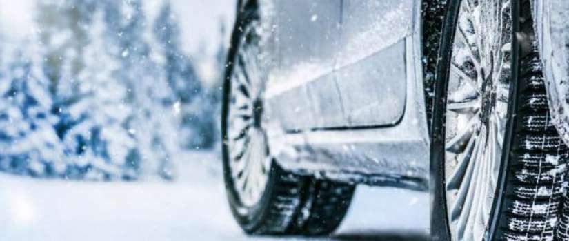 auto rijdend in de sneeuw