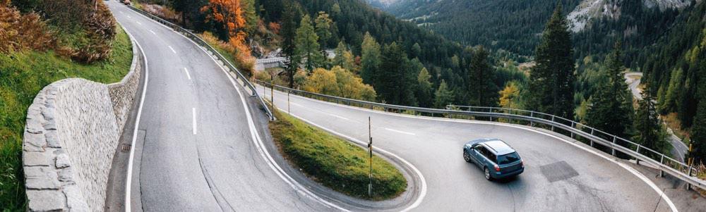 auto op een bergweg in zwitserland