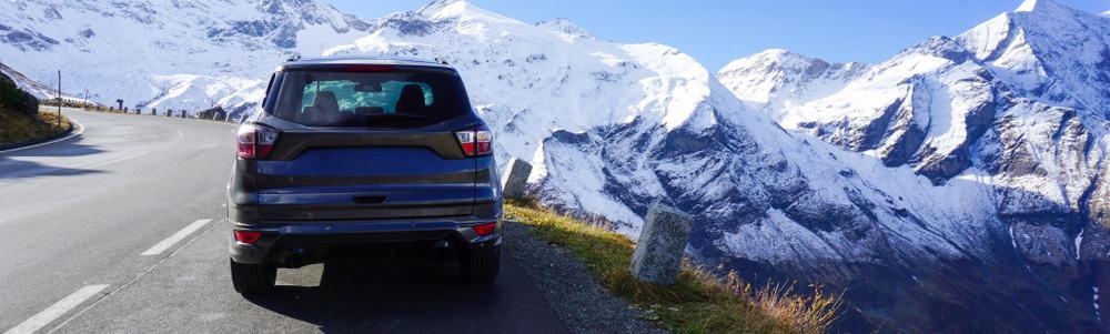 auto met bergen op de achtergrond
