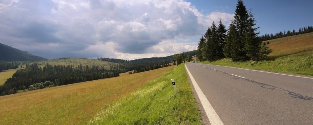 autoweg door natuur in slowakije