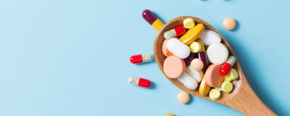 verschillende medicijnen op een lepel