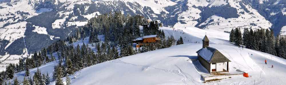 skigebied kitzbuhel met uitzicht kerk