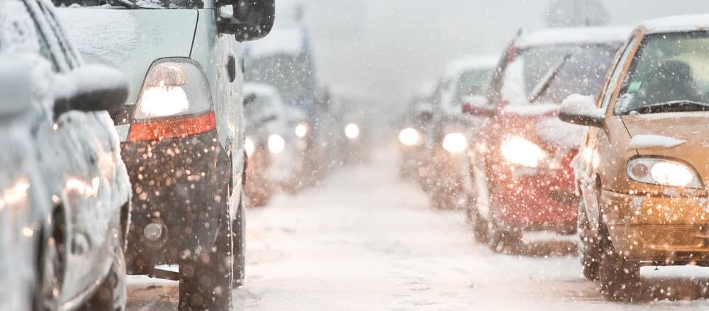 auto's in file door sneeuw