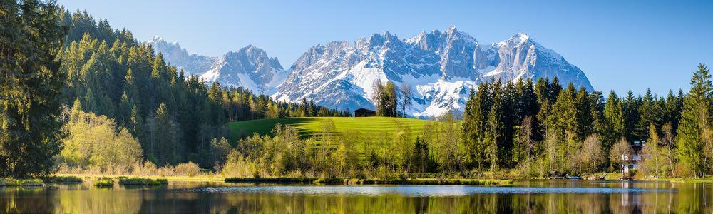 uitzicht van een meer met bergen