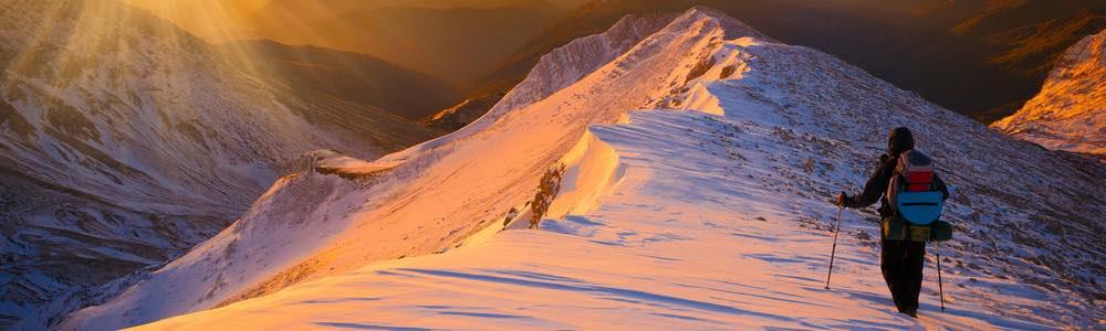 bergwandeling in de sneeuw bij zonsopgang
