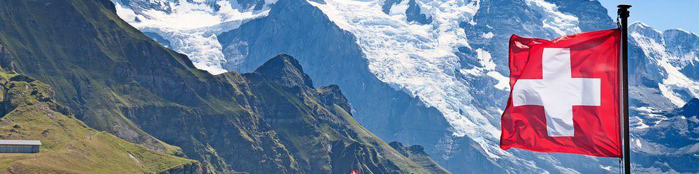 zwitserse alpen met de vlag van zwitserland